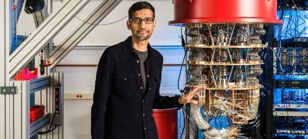 (谷歌CEO 桑达尔·皮查伊(Sundar Pichai)与谷歌量子计算机 @ Santa Barbara lab)