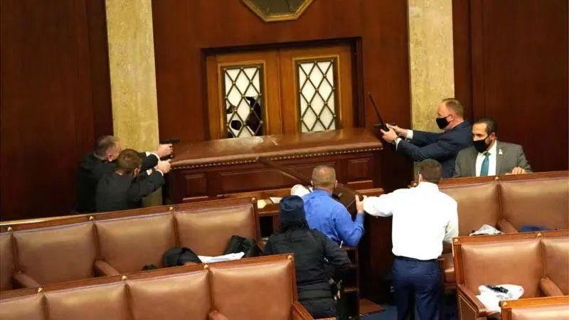 示威者和警方一度持枪对峙