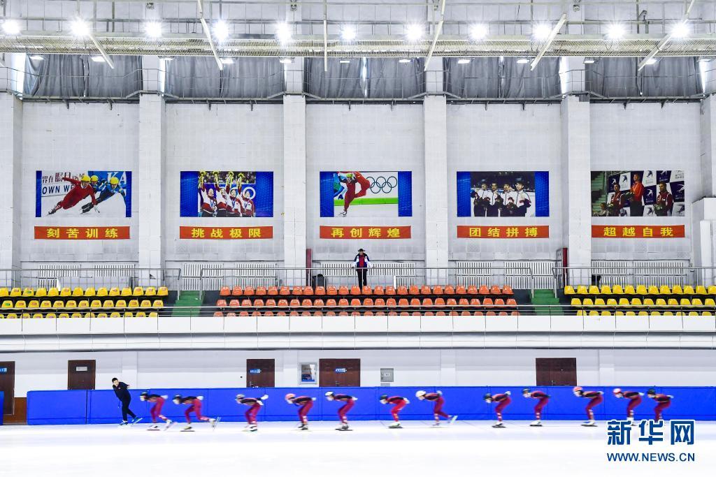 赵伟昌(上)在长春市滑冰馆观看青少年运动员训练(3月30日摄)。新华社记者 许畅 摄