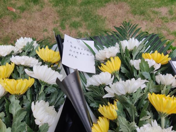 吴孟超院士遗体告别仪式今天上午在上海举行,民众冒雨前来送别插图(7)
