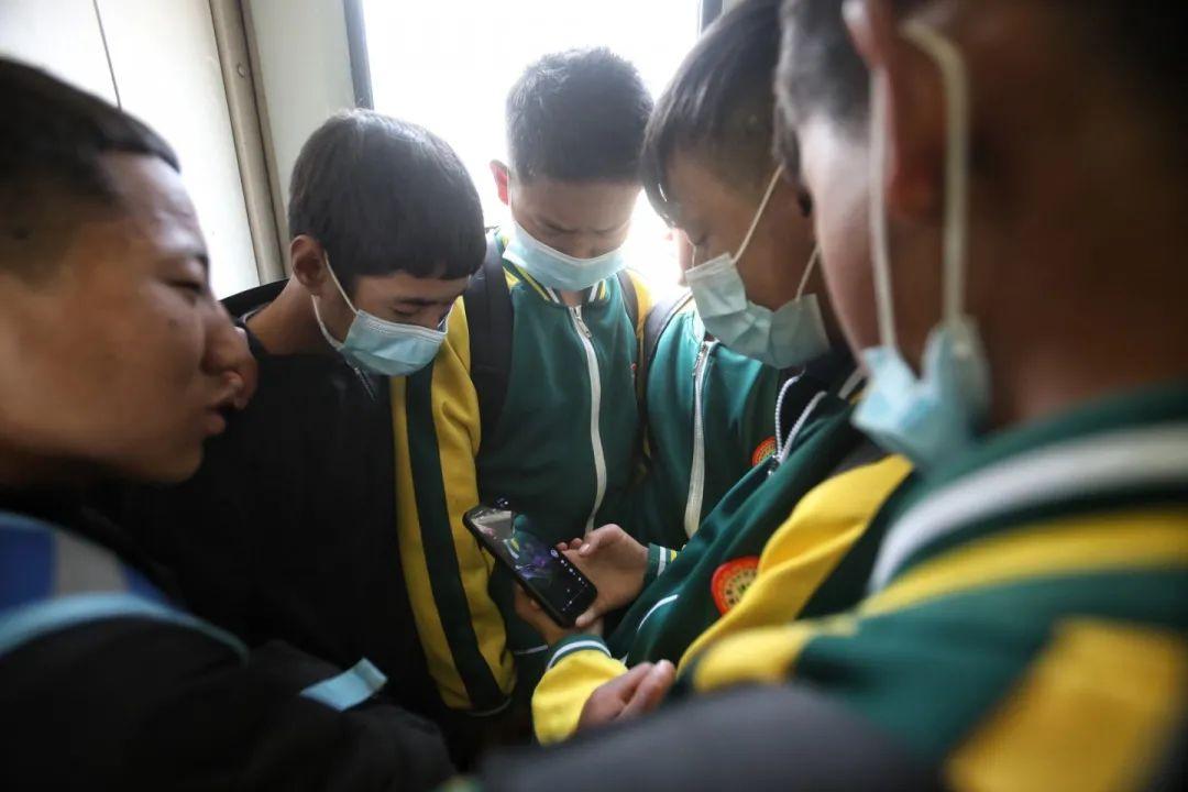 2月27日,5633次列车上,学生们看手机视频,每周末,大量学生客流通过5633/5634次列车往返学校和家。新京报记者 王嘉宁 摄