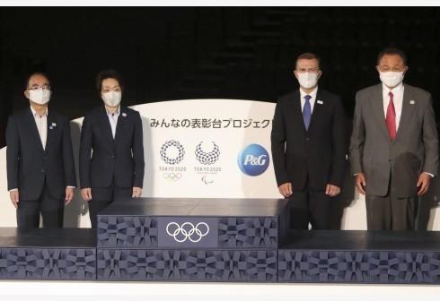 东京奥组委主席桥本圣子 (左二)、日本奥委会主席山下泰裕(右一)、东京都副知事多罗尾光睦(左一)等在发布仪式上与颁奖台合影