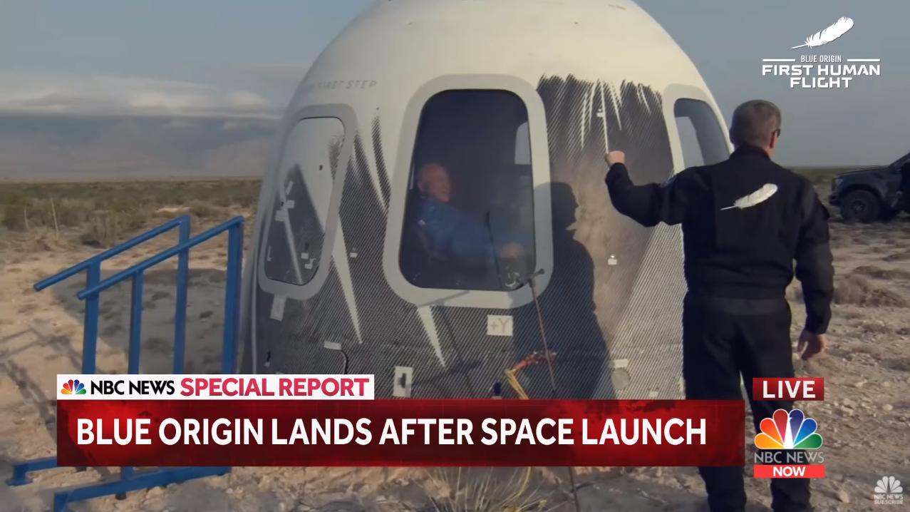 贝索斯搭乘返回舱安全着陆地球 视频截图