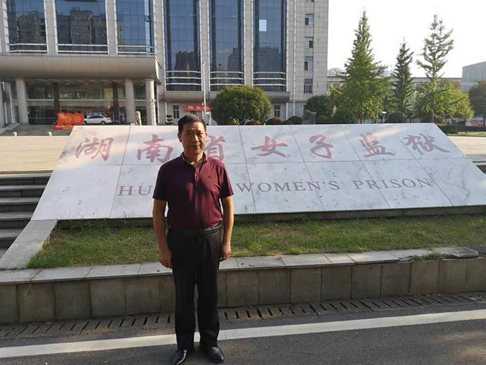 许淑清前夫张松成在湖南女子监狱门外 来源:受访者供图