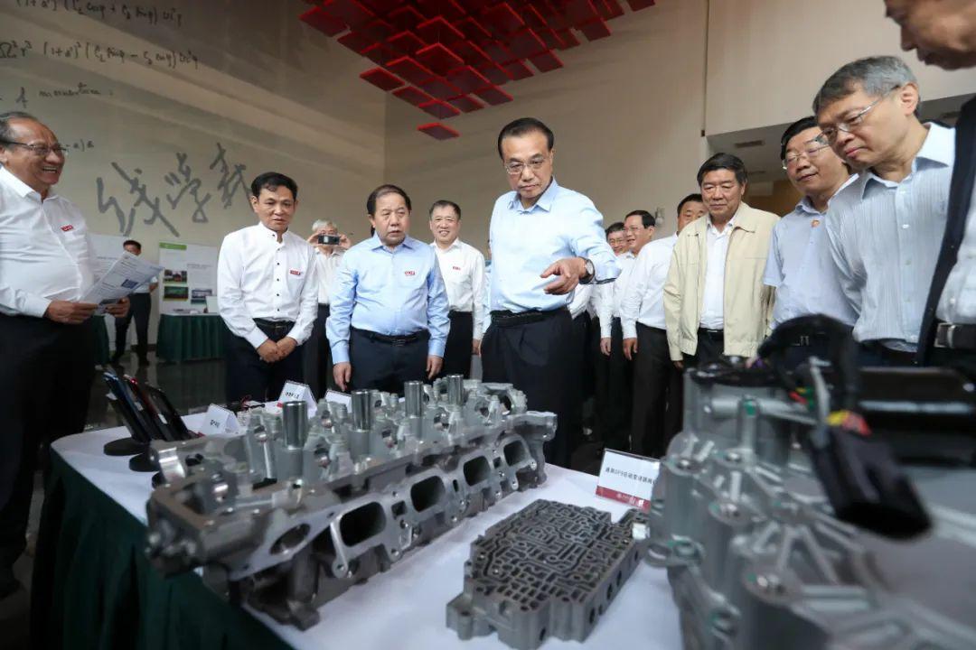 图为2020年9月22日,李克强在上海交通大学钱学森图书馆观看学校科研成果展示。
