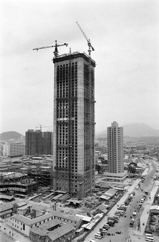 20世纪80年代,建设中的深圳特区国际贸易中心大厦。图 新华社