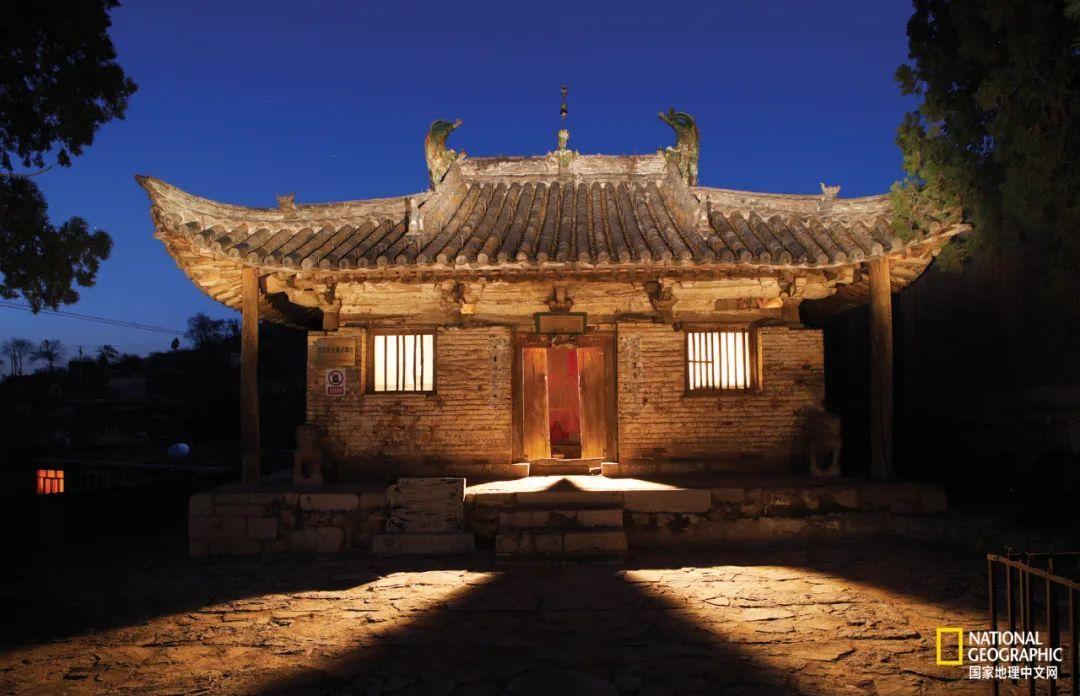平顺县王曲村的天台庵大殿,是中国公认的四座唐代木构建筑之一,其深远的出檐,起翘的翼角,正如一只展翅欲飞的朱雀,韵味十足,美丽动人。 摄影:赵钢