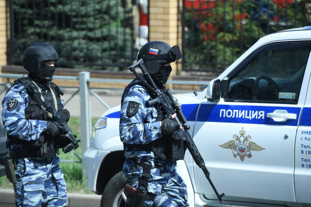 5月11日,防暴警察在俄罗斯喀山市发生枪击事件的学校外。(新华社/卫星社)
