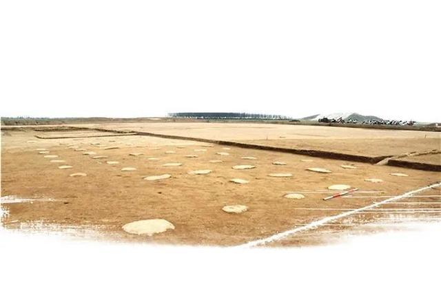 具备政务大殿条件的宫区6号建筑西北附属建筑础石。陕西省考古研究院  图