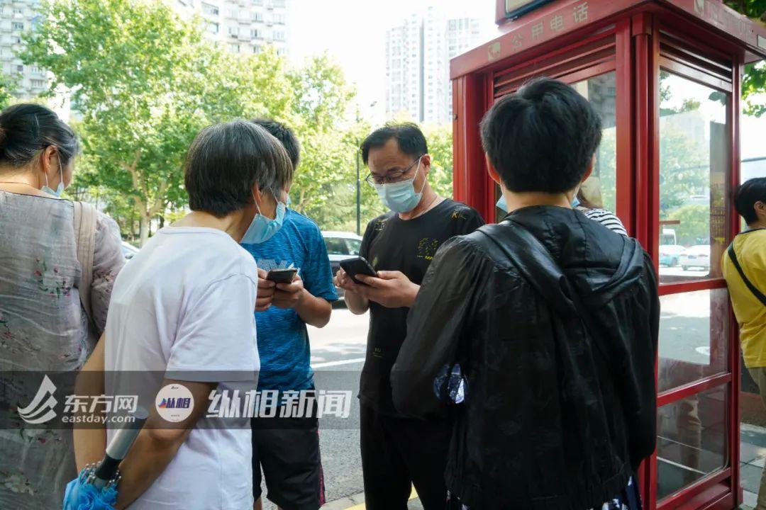 (圖說:受害者父親老劉與親朋在法院外等待開庭宣判。蔡黃浩 攝)