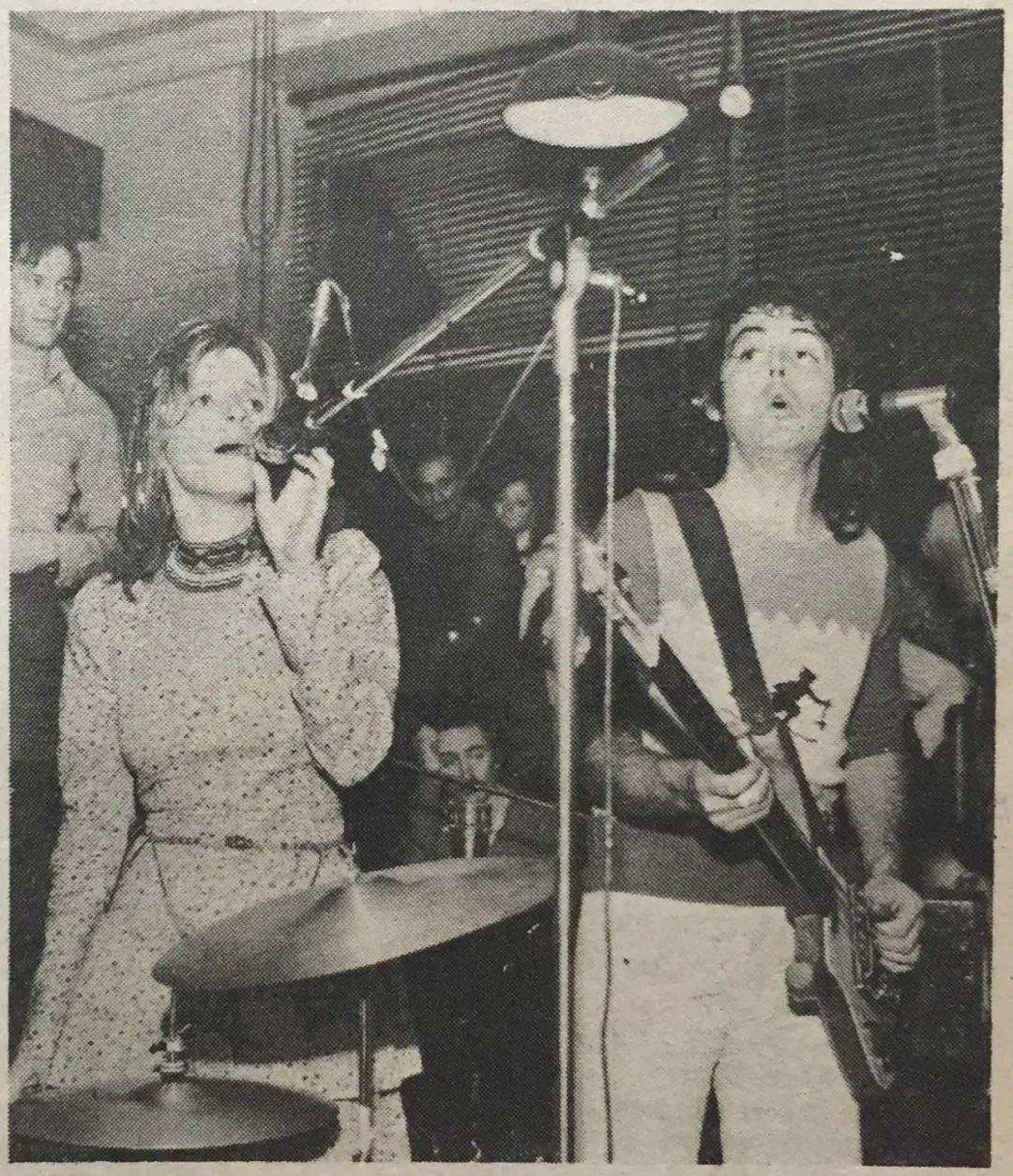 Paul McCartney在餐厅举行即兴音乐会。