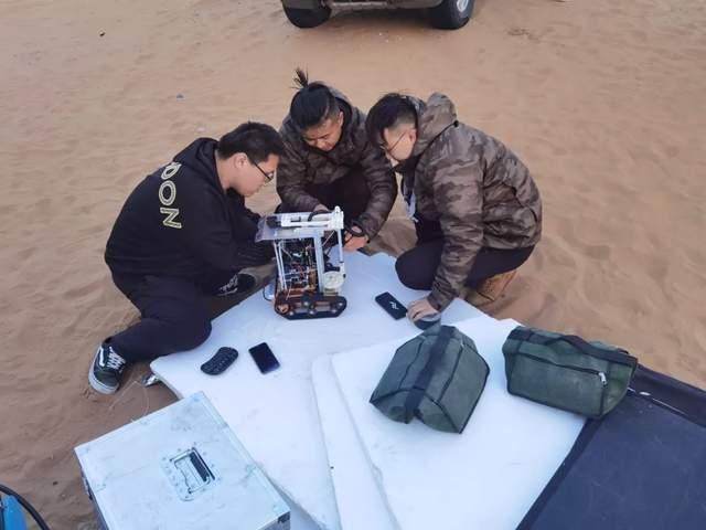 图 | 高鸿志团队伙伴在沙漠调试机器人