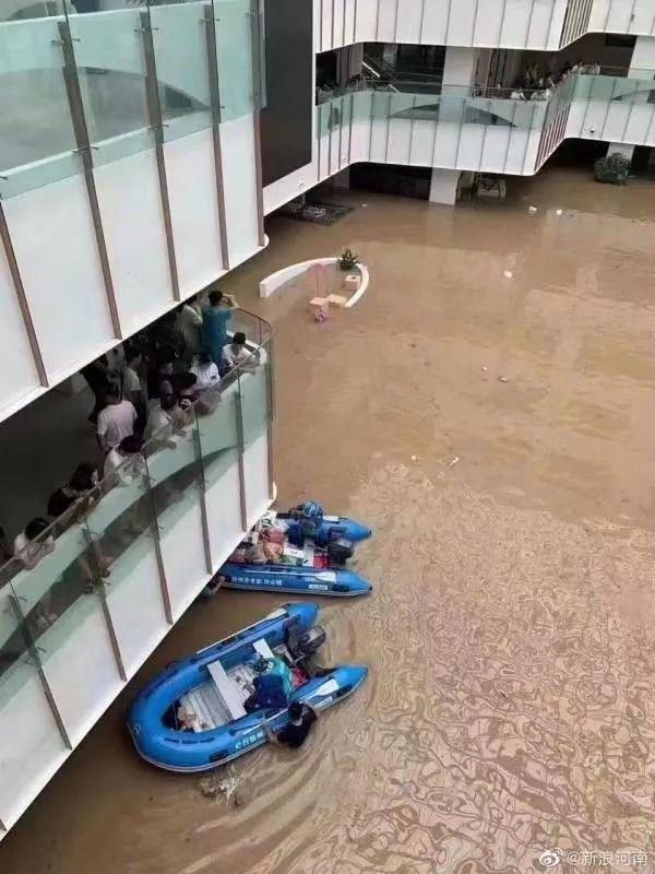 ▲阜外华中心血管病医院, 救援队用冲锋舟运送物资