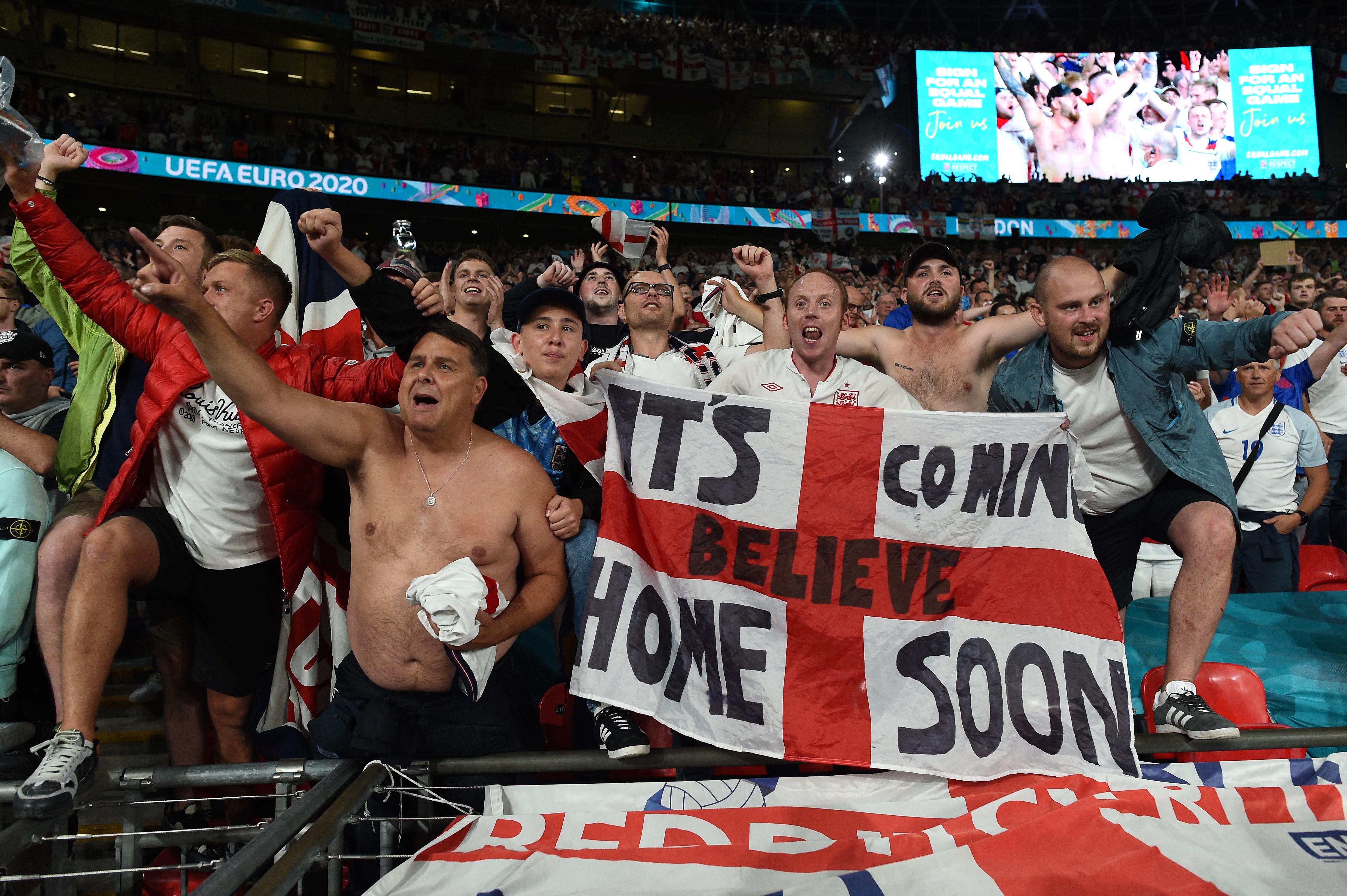 英格兰球迷打出标语:足球快要回家了。