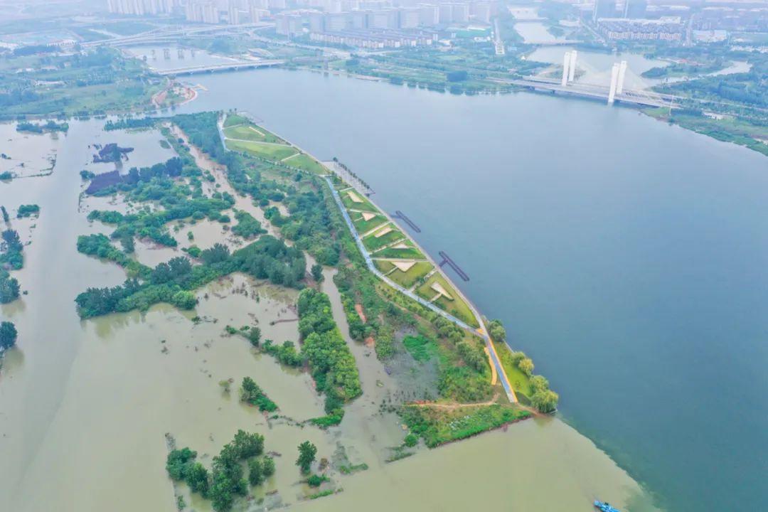 ▲ 上图 暴雨前的龙湖湿地公园 图/视觉中国;下图 7月21日的龙湖湿地公园 摄影/焦潇翔