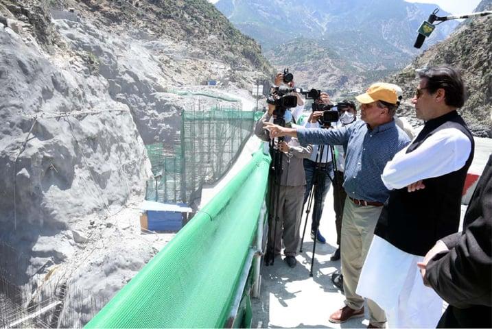 伊姆兰·汗6月视察达苏水电站,图自《黎明报》