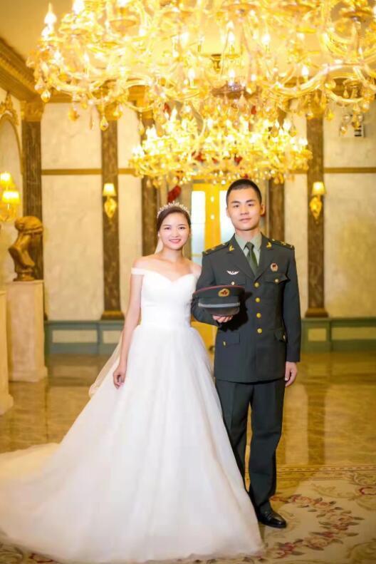 李柱与妻子杨环环的结婚照