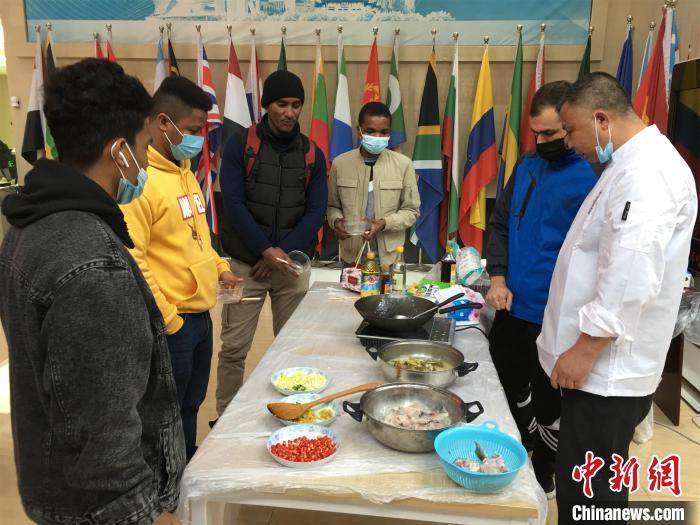 留学生围观中国美食做法 马芙蓉 摄