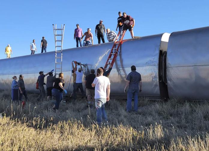 3死50伤!美国一列火车脱轨 大批乘客爬车顶逃生
