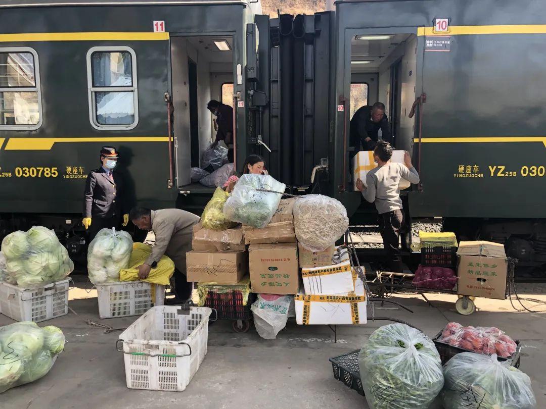 2月26日,冕宁站,彝族老乡正在往5634次列车上搬运批发的蔬菜。新京报记者 韩沁珂 摄