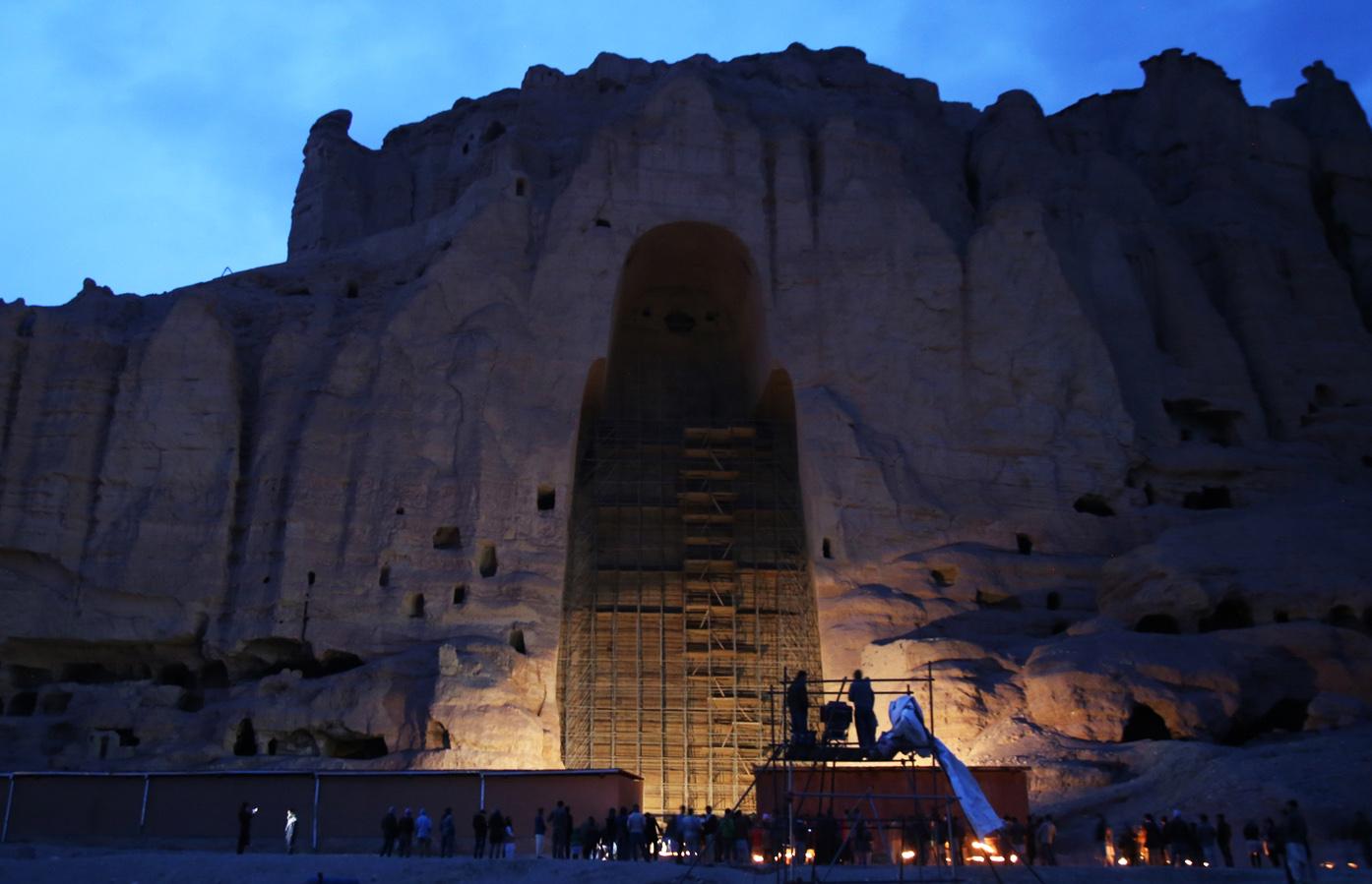 当地时间2021年3月9日,在阿富汗中部巴米扬省,人们参加巴米扬大佛被塔利班政权炸毁20周年的纪念活动。新华社 图