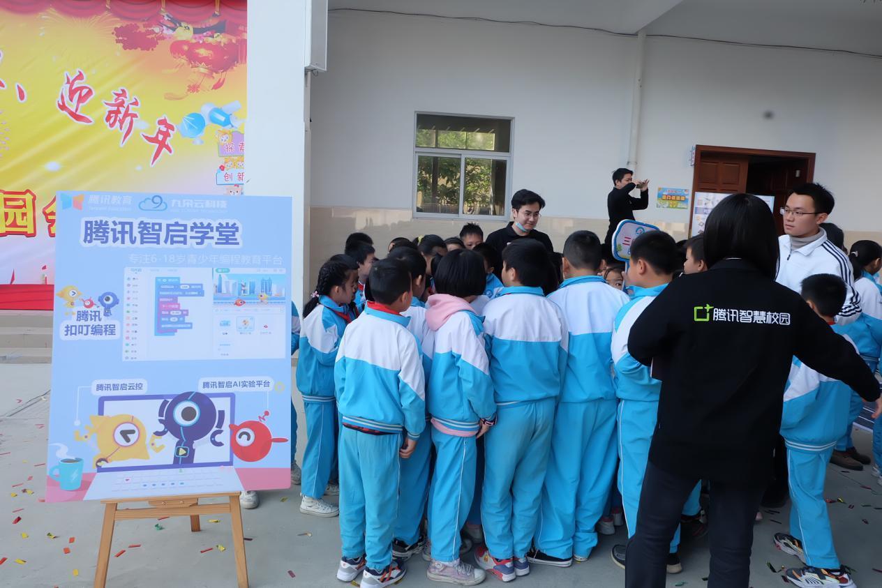 腾讯智启学堂走进校园,展示前沿人工智能编程技术