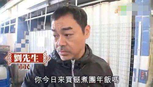 影帝刘青云在菜市场买菜无人识,巨星周润发坐地铁爬山很随意。