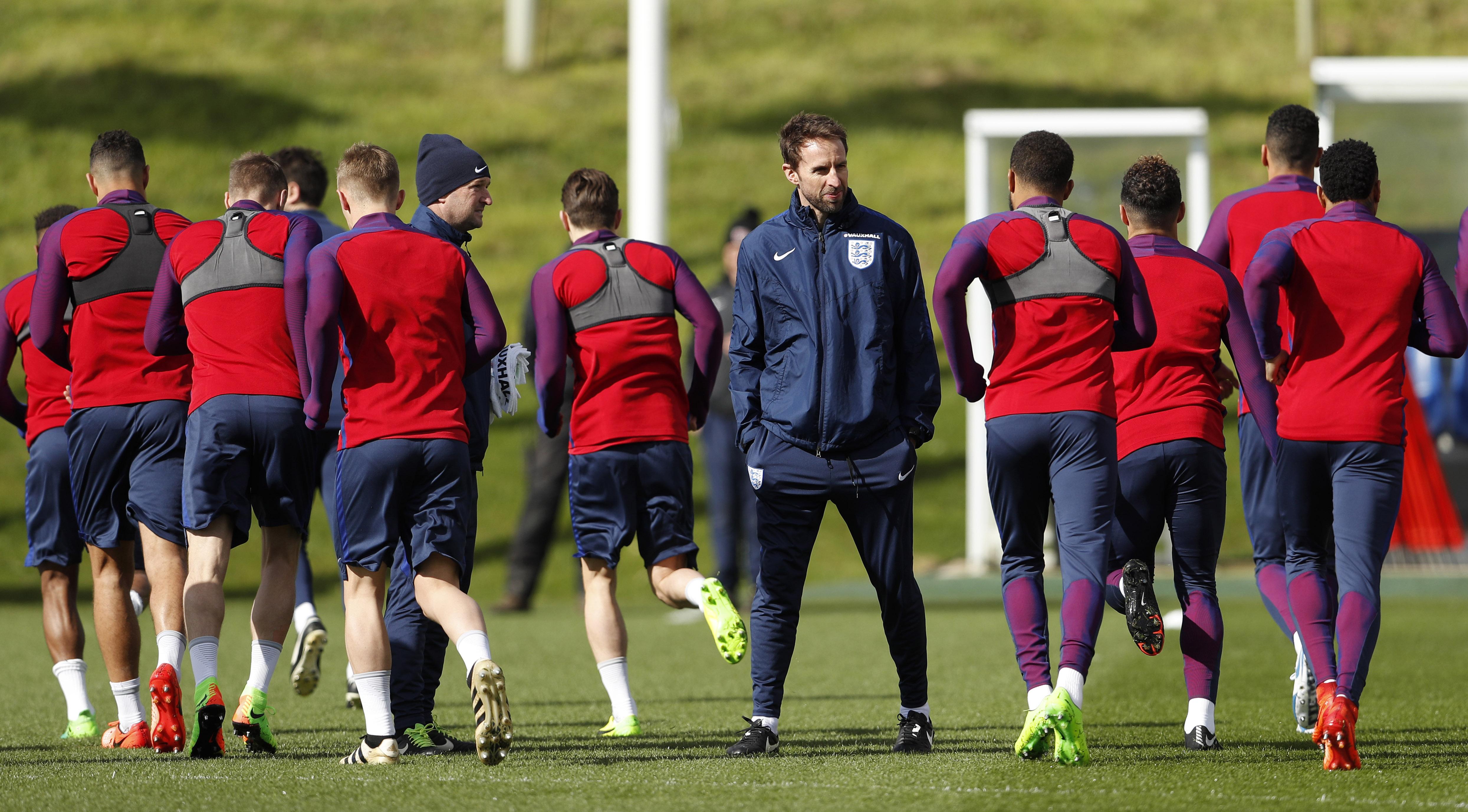 2017年3月22日,英格兰队主教练索斯盖特(中)带队在圣乔治公园进行训练。