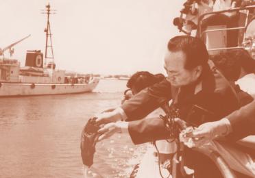 """1992年7月18日,在天津""""新海河""""号轮船上,高振普撒邓颖超骨灰"""