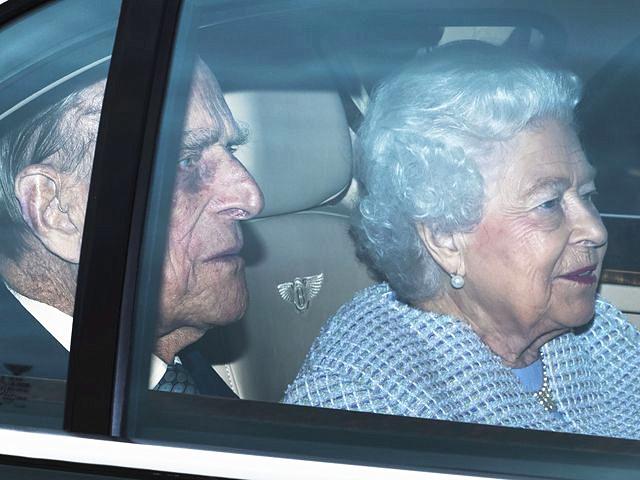 2017年5月4日,倫敦,英國女王伊麗莎白二世與丈夫菲利普親王乘車返回白金漢宮。當日,英國白金漢宮發布聲明稱,英國女王伊麗莎白二世的丈夫菲利普親王將從今年秋季起不再履行王室公務。 新華社 發