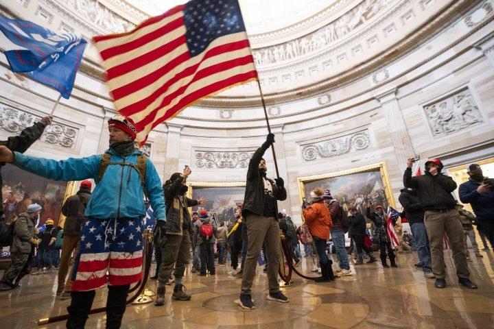 特朗普支持者冲进美国国会大厦内部。  资料图