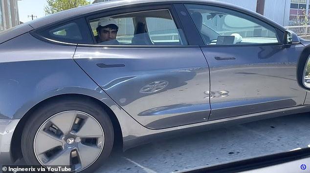 美国一名特斯拉司机危险驾驶 坐在后座靠自动驾