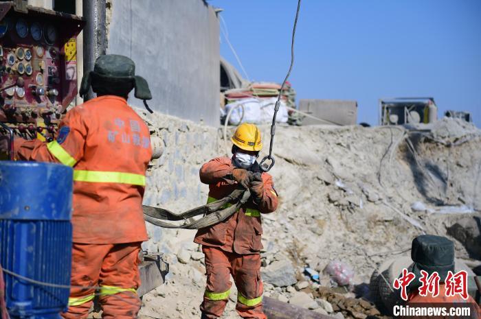 1月19日,山东栖霞笏山金矿爆炸事故救援进行中。 杨兵 摄