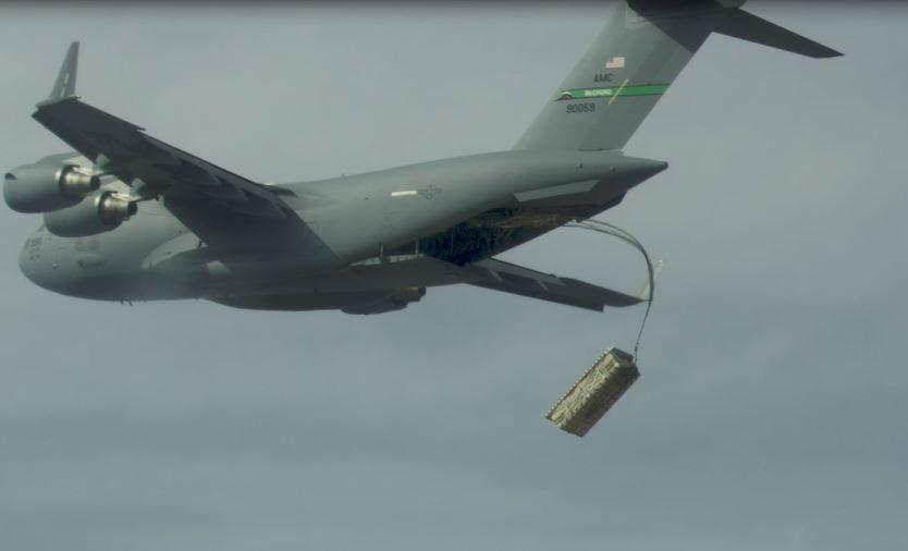 美军C-17大型运输机高空空投托盘化的JASSM联合空对地导弹模拟物