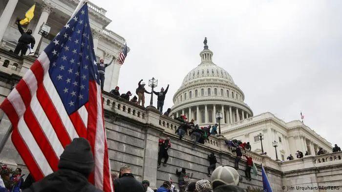 今年1月,特朗普支持者强行攻入国会大厦。来源:DW.COM
