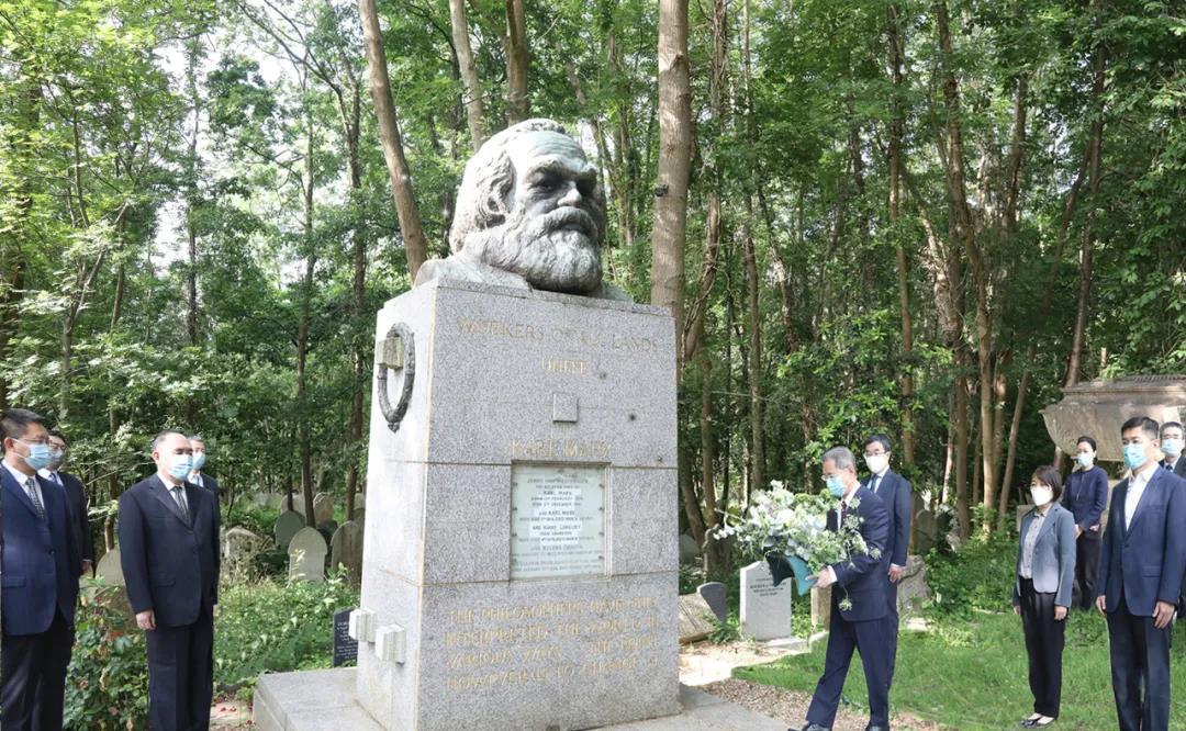 中國駐英國大使鄭澤光及使館工作人員拜謁馬克思墓