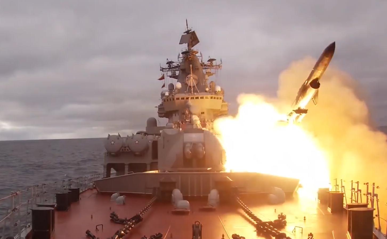 俄羅斯軍艦在演習期間發射導彈