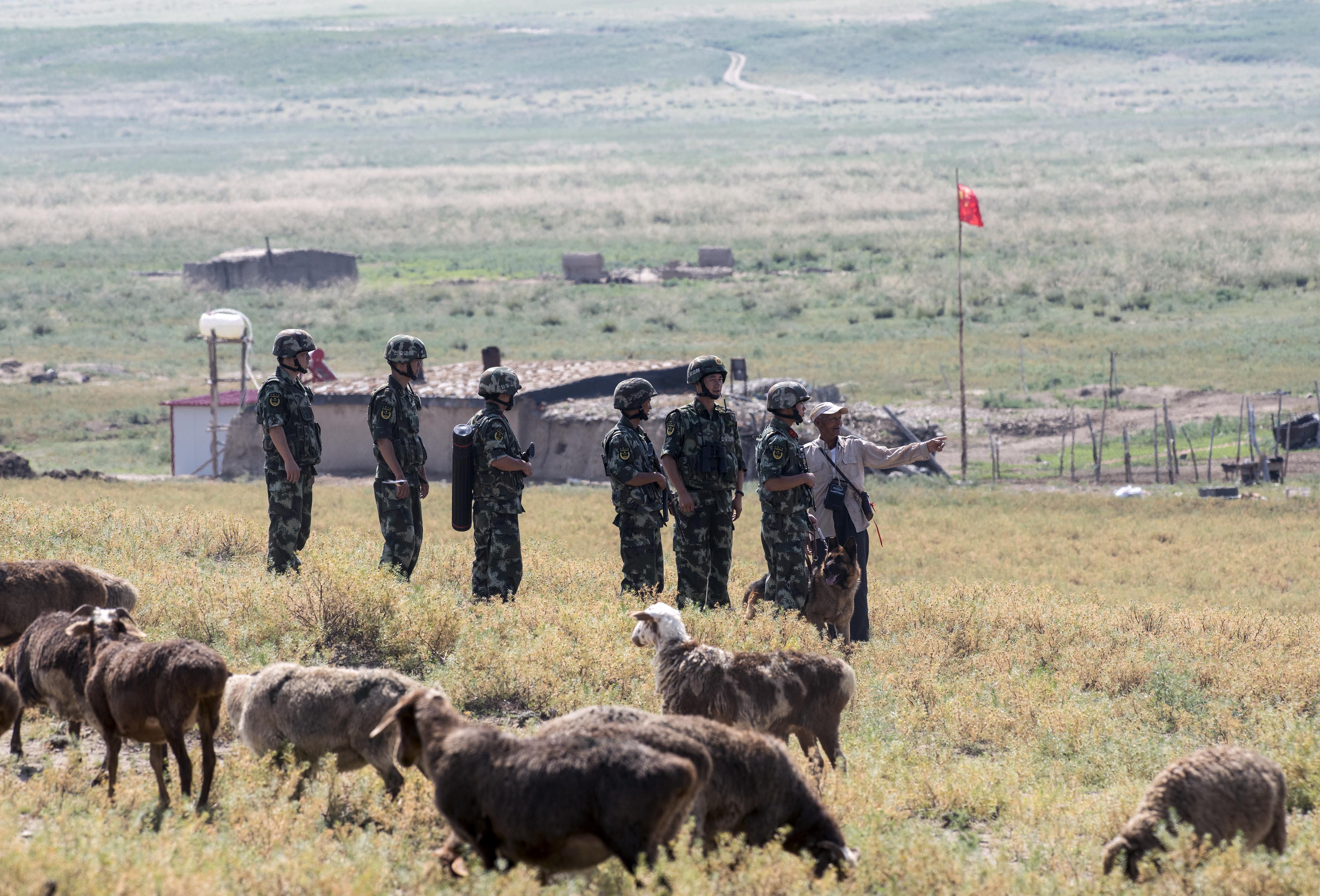 边防派出所的官兵巡逻至此和魏德友交谈(2016年7月24日摄)。新华社记者江文耀摄