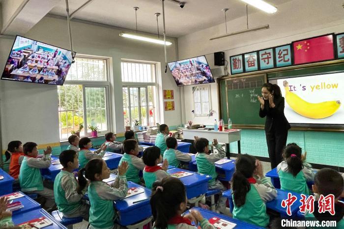 白面民族小学四年级英语课堂现场,屏幕那头的冶家村小学同上一堂课。 李佩珊 摄