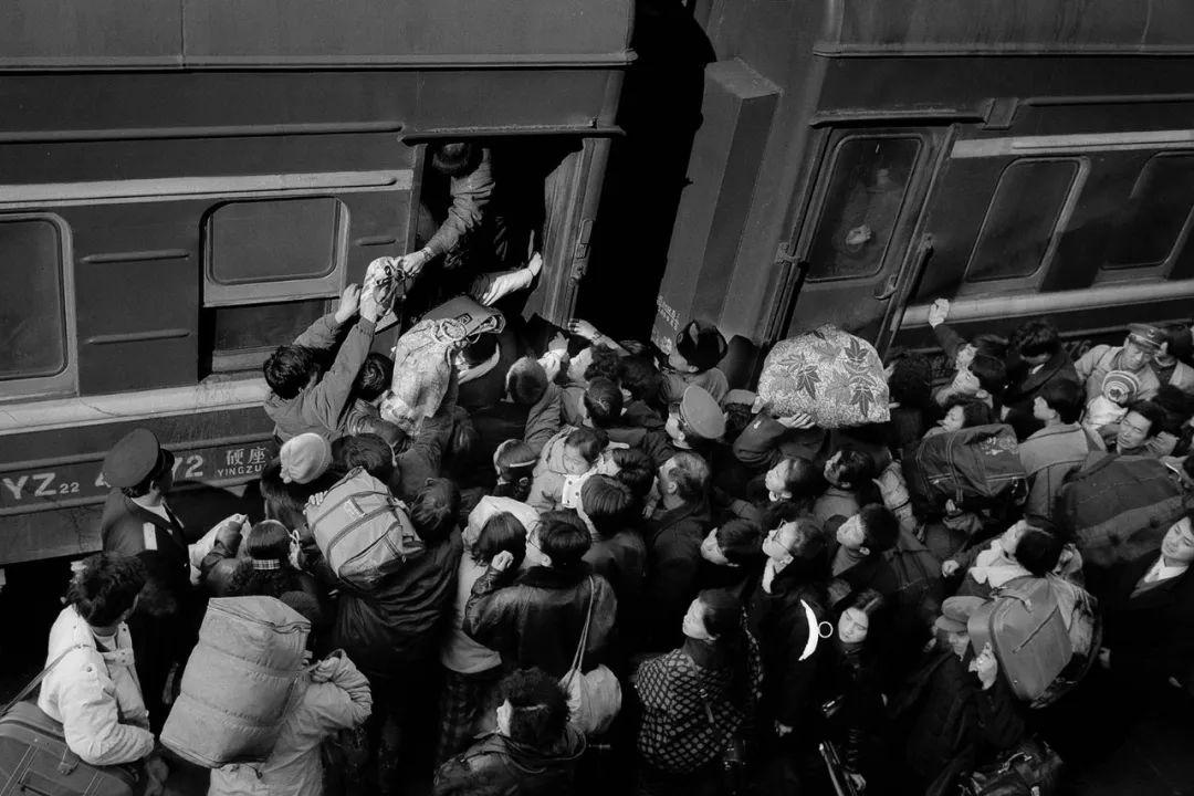 40年前的春运火车 有人围桌打麻将,有人当场生孩子 最新热点 第7张