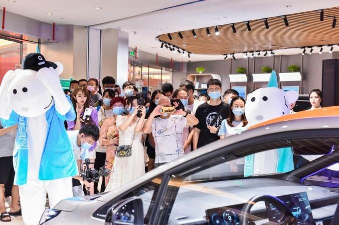 除了看车还能喝奶茶广汽埃安演示卖车还能这样玩-图3