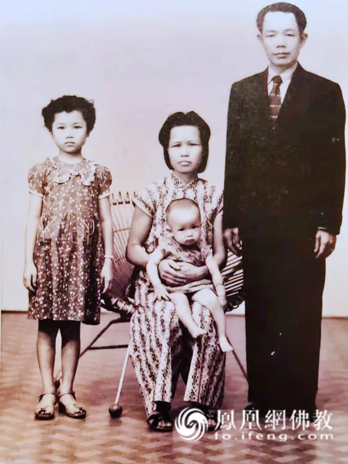1957-1958年间,幼年昭慧法师与父母和大姐在缅甸仰光(图片来源:凤凰网佛教)