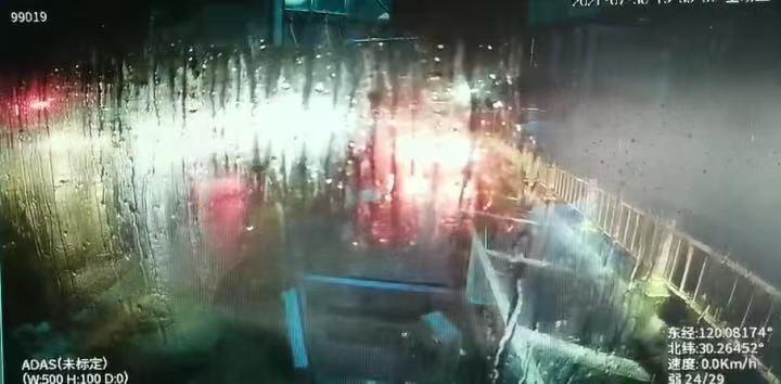 当日暴雨,公交车雨刮器开到最大也看不清路面。