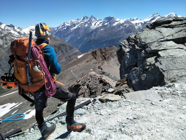阿尔卑斯式攀登,通常指登山者自己携带装备、物资去攀登中高海拔山峰。 资料图