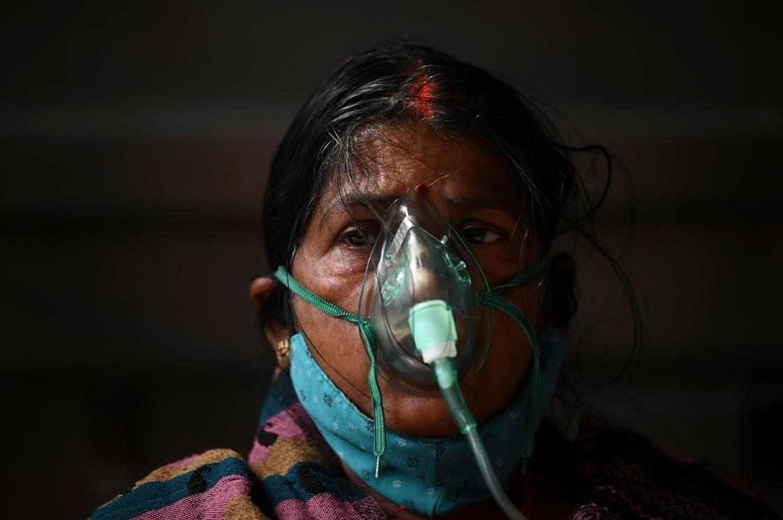 5月2日,一名女子在印度加济阿巴德吸氧。新华社 图