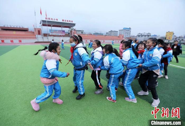 文星小学操场上,孩子们正在开心地玩耍。 王磊 摄