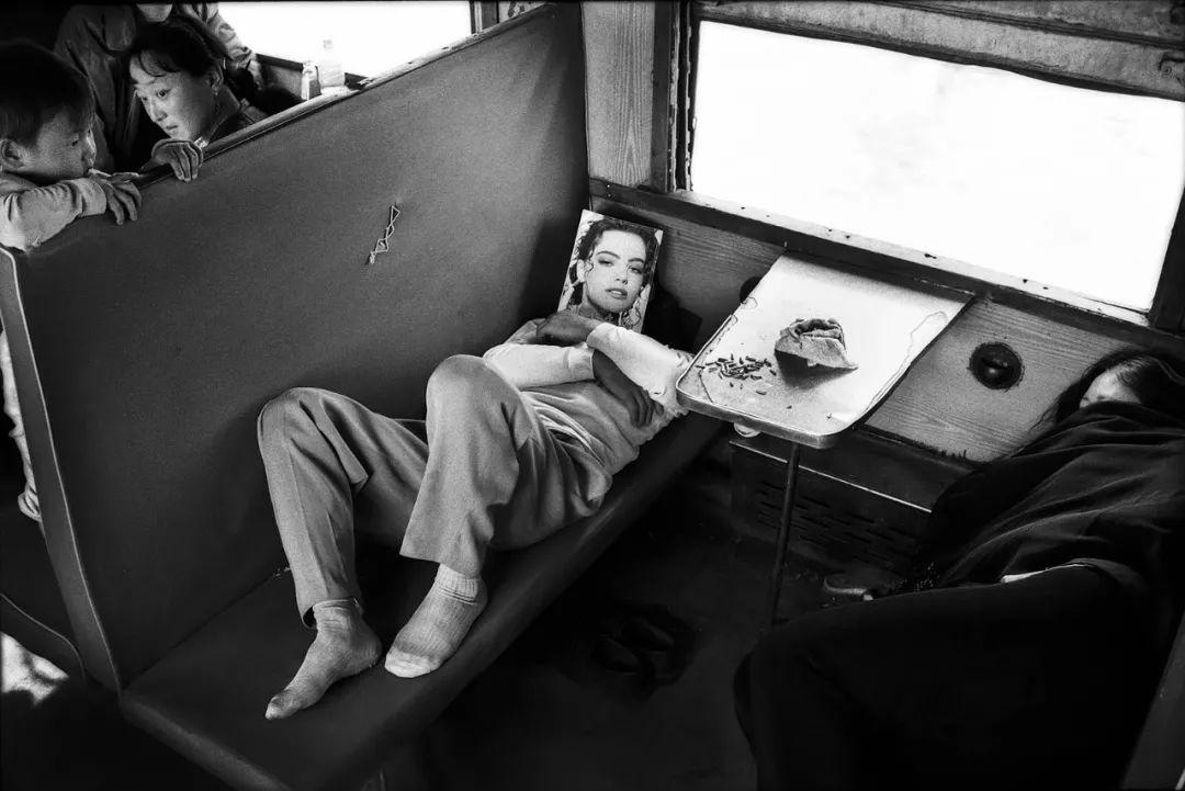 40年前的春运火车 有人围桌打麻将,有人当场生孩子 最新热点 第24张