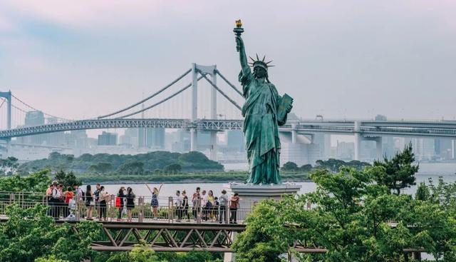 台场海滨公园的彩虹大桥和自由女神像