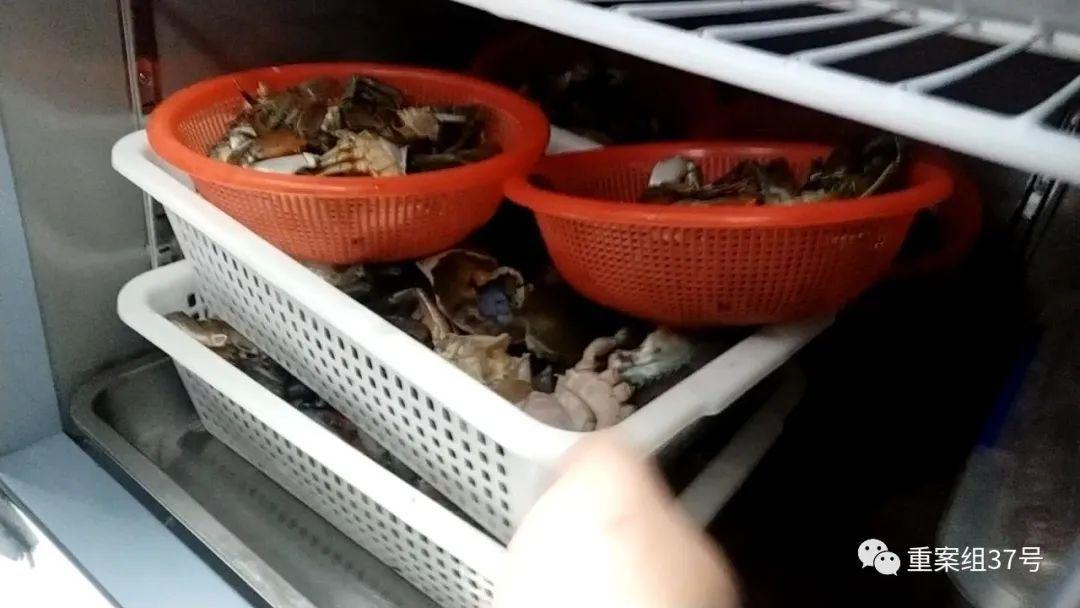 ▲7月16日,胖哥俩肉蟹煲凯德MALL大峡谷店,前一天宰杀的螃蟹没有用完,后厨员工将剩螃蟹放在冰箱里冷藏,看起来已经不是很新鲜。