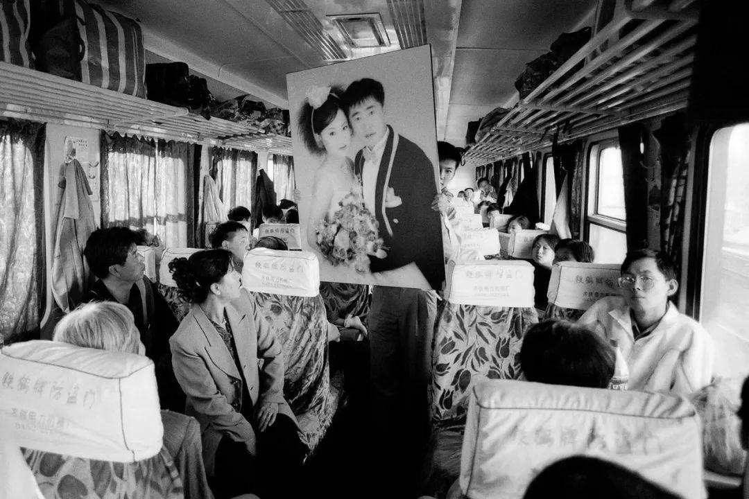 40年前的春运火车 有人围桌打麻将,有人当场生孩子 最新热点 第8张